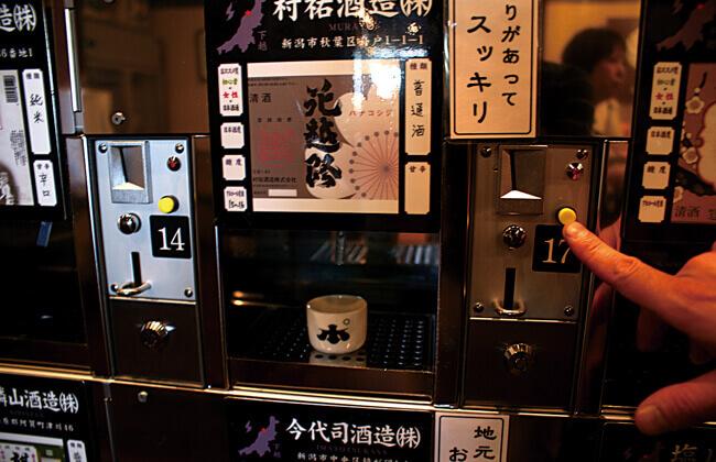 ぽんしゅ館 新潟駅店の利き酒番所でお試し風景
