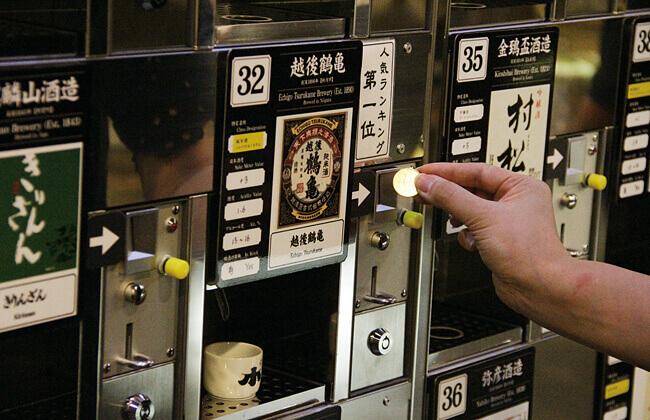 ぽんしゅ館 越後湯沢駅店の利き酒番所でお試し風景