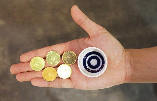 ぽんしゅ館 越後湯沢駅店の利き酒番所のコインとおちょこ