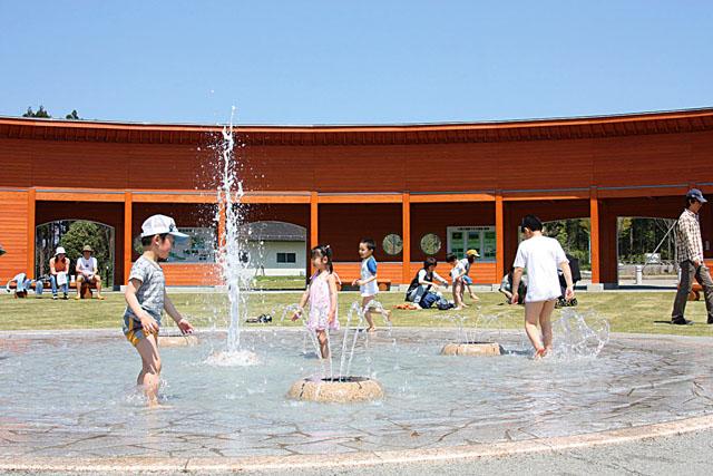 k110825-大潟水と森の公園-噴水-s