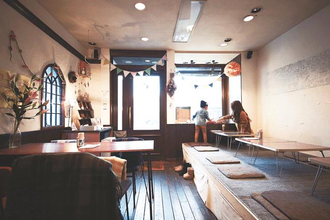 marilou(マリールゥ)の親子が触れ合う時間を街中のカフェで楽しむのもいい。