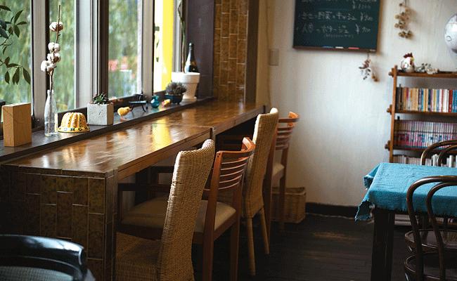 cafe & brasserie oiseau(カフェアンドブラッスリーオワゾ)の料理を待つ時間にのんびり読書。そんなひとときも楽しめる。