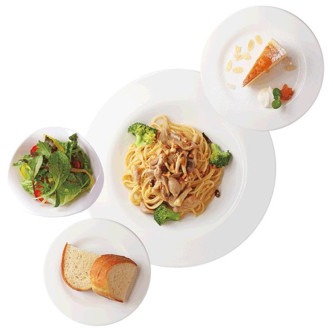 CAFE 百音(カフェモネ)の鳥とキノコのペペロンチーノ(サラダ、パン、デザート付き) 1,380円