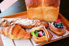 シルバーとブラウンを配した外観がスタイリッシュなパン屋さん