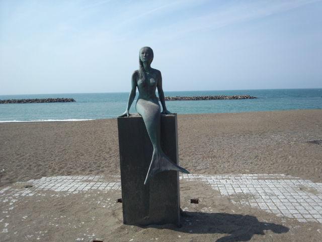 哀愁漂う人魚の像 鵜の浜海水浴場