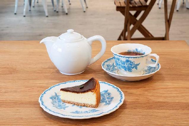 非日常空間でおいしい紅茶を。新発田にフレンチシックなカフェが誕生