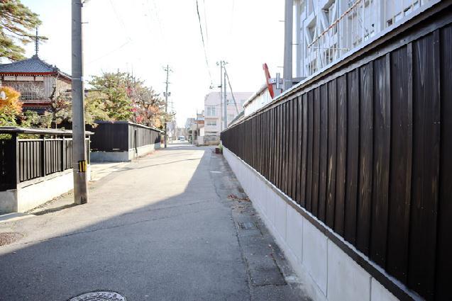 城下町の風情伝える「黒塀」 新発田市の歴史景観エリアに新設 | 街 ...