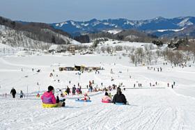 雪で遊ぶアトラクション。屋内遊具もあり